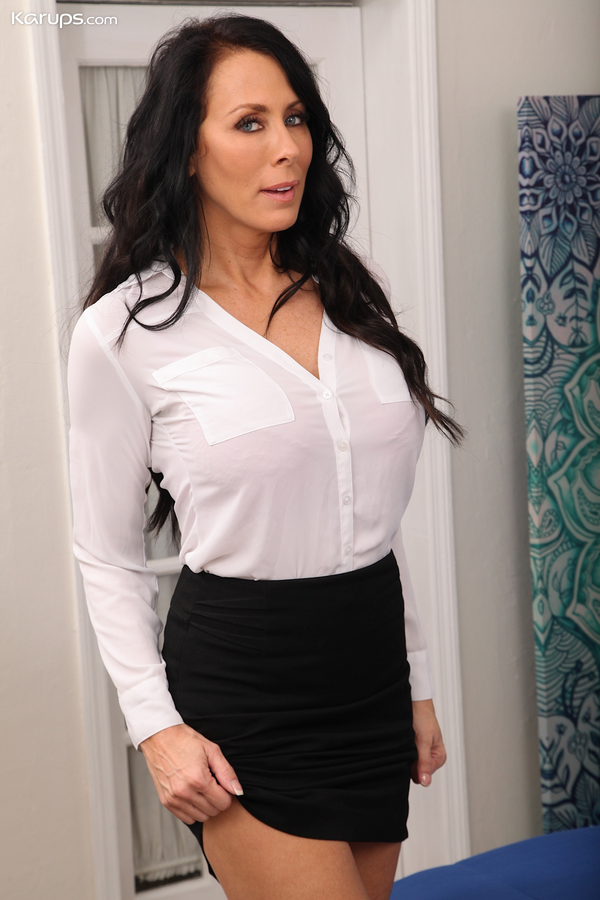 Busty Mature Babe Reagan Foxx Undresses After Work At The -2461