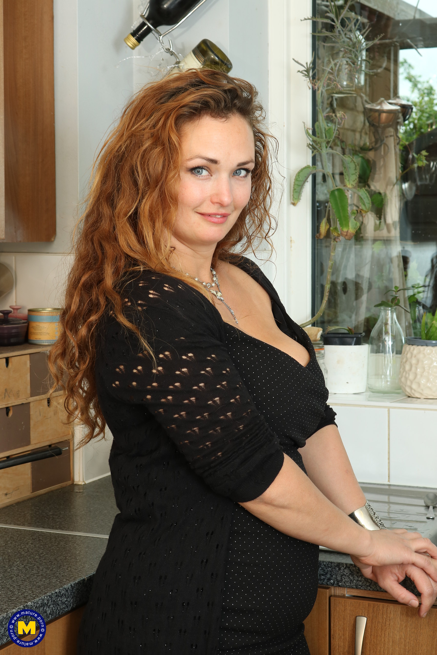 Horny curvy MILF playing with herself in the kitchen Free